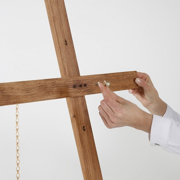 Easily adjust the height of the easel holder bar
